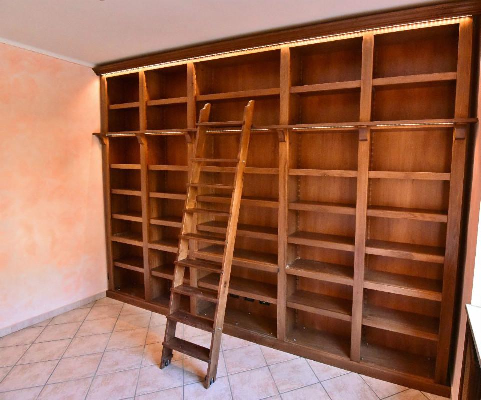 Librerie classiche for Scale per librerie in legno
